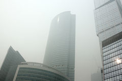Schwerer Smog in Moskau August 2010: Scyscrapers Stockfotos