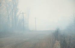Schwerer, starker Rauch von einem rasenden verheerenden Feuer Stockfotos