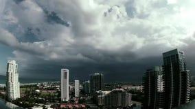 Schwerer Sturm über einer Stadt stock video