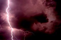 Schwerer Sturm, der Donner, Blitze und Regen im Sommer holt Stockfotos