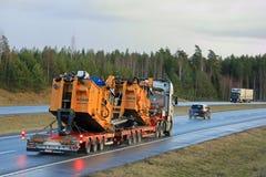 Schwerer Transport der ausbaggernden Ausrüstung auf Autobahn Lizenzfreie Stockbilder