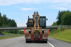Schwerer Transport mit Brücke voran Lizenzfreie Stockfotografie