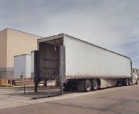 Schwerer Waren-LKW am Ladendepot Stockfotos