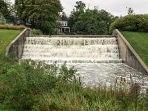 Schwerer Wasserstrom über dem Fluch Lizenzfreie Stockfotos