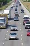Schwerer zwischenstaatlicher Verkehr auf Landstraße Lizenzfreie Stockbilder