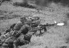 Schweres Feuer vom Maschinengewehr Schwarzweiss Stockfotos