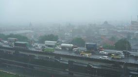 Schweres geregnet auf den Straßen der Hauptstadt Jakarta stock video
