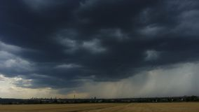 Schweres Gewitter, das über Frankfurt sich nähert stock footage