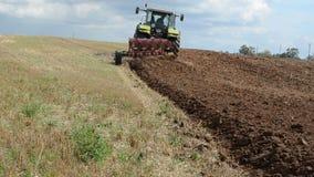 Schweres Landwirtschaftsmaschinentraktor-Pflugfeld stock video footage