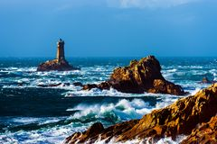 Schweres Meer mit Riesenwellen am La Pointe du Raz stockfoto