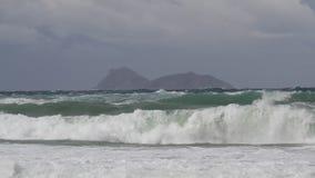 Schweres Meer und Wellen während eines Sturms auf Kreta Griechenland stock video