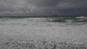 Schweres Meer und Wellen während eines Sturms auf Kreta Griechenland stock footage