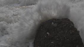 Schweres Meer, Wellen, die einen Felsen während eines Sturms im Mittelmeer schlagen stock footage
