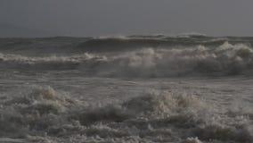 Schweres Meer, Wellen und Unterbrecher während eines Sturms im Mittelmeer stock video