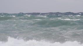 Schweres Meer, Wellen und Unterbrecher während eines Sturms im Mittelmeer stock footage