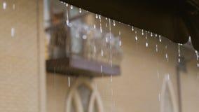 Schweres Regnen, Wasser vom Dach, das unten f?llt Regentropfen vom Dach stock video footage