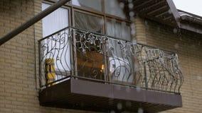Schweres Regnen, Wasser vom Dach, das unten f?llt Regentropfen vom Dach stock footage