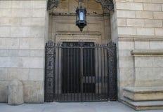 Schweres Tor am Eingang des Steingebäudes lizenzfreie stockbilder