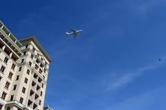 Schweres weit reichendes Militär transportiert die Flugzeuge An-124-100, die über Moskau fliegen Lizenzfreies Stockfoto