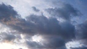Schweres Wolkenfloss über dem Himmel schnell tragischer Himmel Geschossen auf Kennzeichen II Canons 5D mit Hauptl Linsen Hochgesc stock video