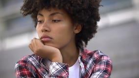 Schwermütige Afroamerikanerfrau, die an das Leben, Krise und Traurigkeit denkt stock video footage