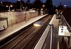 Schwermütige Bahnstation nachts in Dublin Irland Stockbilder