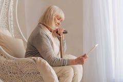 Schwermütige deprimierte Frau, die ein Foto hält Stockfoto
