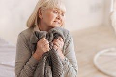 Schwermütige deprimierte Frau, die versucht, sie zu halten Risse Stockbilder