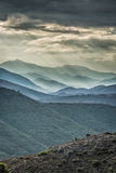 Schwermütige Himmel über Bergen in Balagne-Region von Korsika Stockbilder