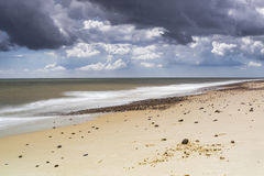 Schwermütige Himmel über Kessingland-Strand Stockbilder