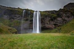Schwermütige isländische Himmel und Wasserfälle stockfoto