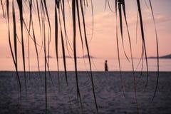 Schwermütige kühlende ruhige Strand- und Seeansicht mit Sonnenschutz an Sonnenuntergang chillout Farbe spaltete das Tonen auf lizenzfreie stockbilder