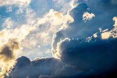 Schwermütige Wolken des Blaus und des Gelbs Lizenzfreies Stockbild