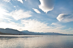 Schwermütiger blauer Himmel, Fjordhintergrund. Stockfotos