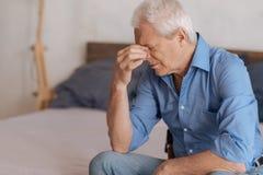 Schwermütiger gealterter Mann, der unglücklich sich fühlt lizenzfreie stockbilder