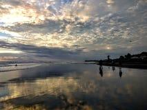 Schwermütiger Sonnenuntergang auf Echo Beach, Bali, Indonesien lizenzfreie stockbilder