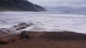 Schwermütiger Strand bewegt Ozean-träumerischen Meerblick wellenartig stock video