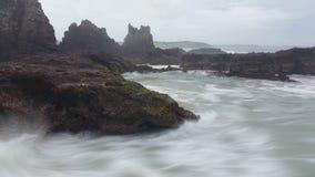 Schwermütiger Sturm bewegt Felsen-Ozean-träumerischen Meerblick wellenartig stock video