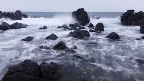 Schwermütiger Sturm bewegt Ozean-träumerischen Meerblick wellenartig stock footage
