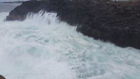 Schwermütiger Sturm bewegt Ozean-träumerischen Meerblick wellenartig stock video footage