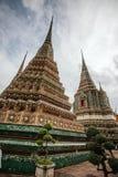 Schwermütiger thailändischer Tempel am bewölkten Tag Lizenzfreie Stockfotografie
