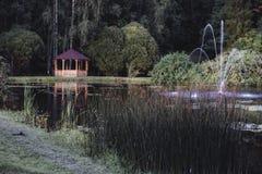 Schwermütiges Foto des hölzernen Sommer-Garten-Hauses in einem Park, zwischen lizenzfreie stockfotografie