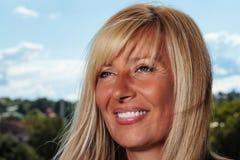 Schwermütiges Lächeln einer Altern-Dame Lizenzfreies Stockfoto