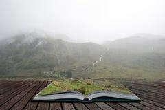 Schwermütiges Landschaftsbild der tiefer Wolke hängend über Snowdonia-Gebirgszug nach schwerem Niederschlag im Herbst mit dunstig lizenzfreies stockfoto