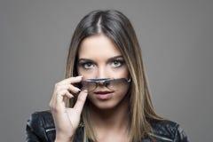 Schwermütiges Porträt der ernsten Schönheit des grünen Auges, welche die Sonnenbrille betrachtet Kamera entfernt Lizenzfreie Stockbilder
