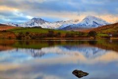 Schwermütiges Snowdonia reflektiert in ruhigem Llyn Mymbyr Snowdonia Lizenzfreies Stockfoto
