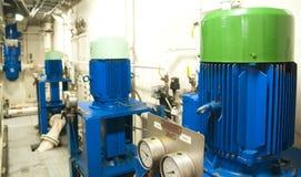 Schwermaschinen-Raum - Rohre, Ventile, Maschinen Stockbild