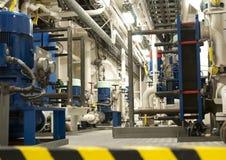 Schwermaschinen-Raum - Rohre, Ventile, Maschinen Lizenzfreies Stockfoto