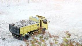 Schwermaschinen 4 von 4 - LKW, der Steinbruch verlässt stock footage