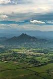 Schwermütige, mysteriöse Vogelperspektive des Grüns kultivierte Felder vor Bergen auf Insel von Roatan, Honduras Stockbilder